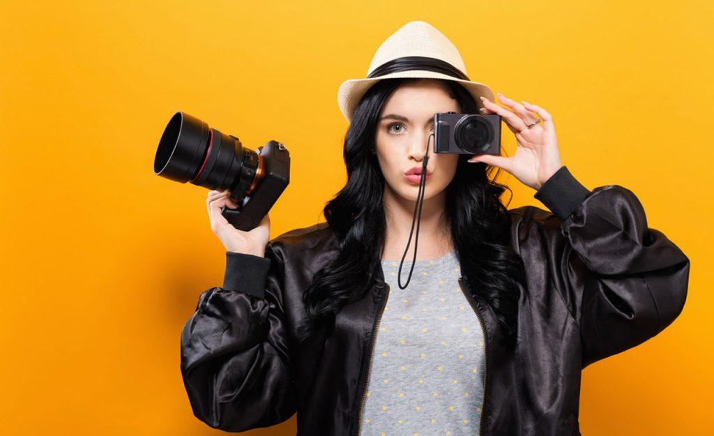 Compact-camera-vs-DSLR-camera